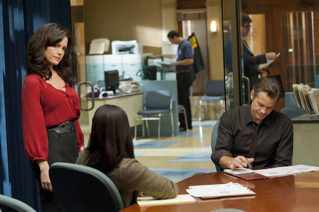 JUSTIFIED: Episode 2: CUT TIES (Airs January 24, 10:00 pm e/p). Carla Gugino (standing, L) and Timothy Olyphant (seated, R).