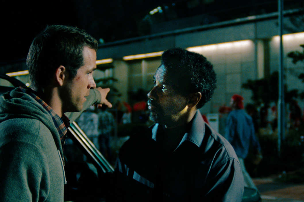 "(L to R) Rookie operative Matt Weston (RYAN REYNOLDS) tries to outwit legendary spy Tobin Frost (DENZEL WASHINGTON) in the action-thriller ""Safe House""."