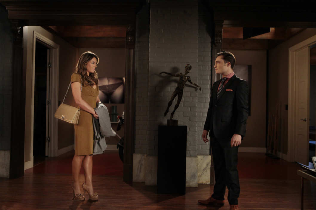 "Gossip Girl ""Salon Of The Dead"" Pictured (L-R) Elizabeth Hurley as Diana and Ed Westwick as Chuck."