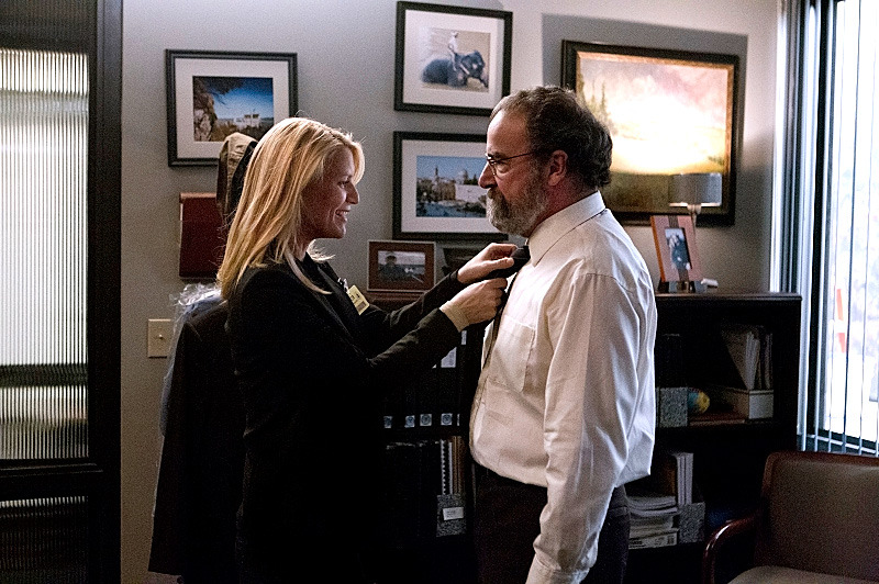 Claire Danes as Carrie Mathison and Mandy Patinkin as Saul Berenson in Homeland (Season 2, Episode 12).