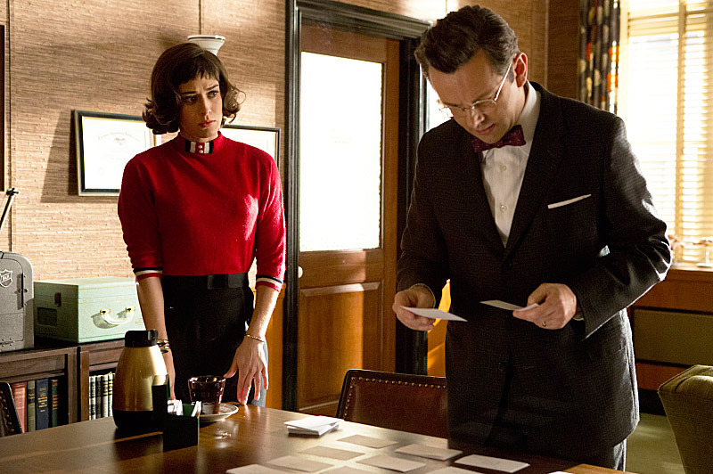 Lizzy Caplan as Virginia Johnson and Michael Sheen as Dr. William Masters in Masters of Sex