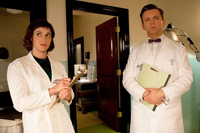 Lizzy Caplan as Virginia Johnson and Michael Sheen as Dr. William Masters in Masters of Sex (season 1, episode 9) - Photo: Patrick Wymore/SHOWTIME - Photo ID: MastersofSex_109_0776