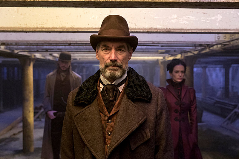 Josh Hartnett as Ethan Chandler, Timothy Dalton as Sir Malcolm and Eva Green as Vanessa Ives in Penny Dreadful (season 1, episode 1). - Photo: Jonathan Hession/SHOWTIME - Photo ID:  PennyDreadful_101_3501