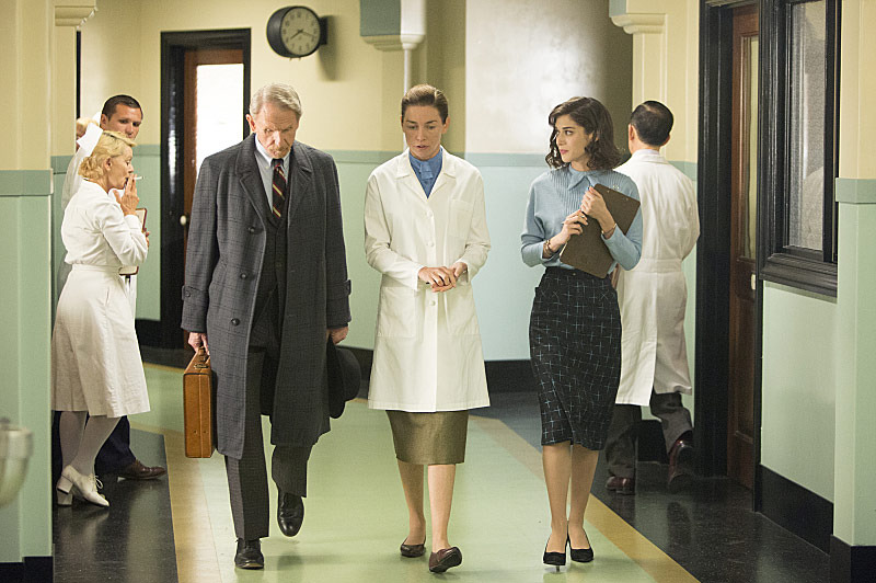 Rene Auberjonois as Dr. Papanikolaou, Julianne Nicholson as Dr. Lillian Depaul and Lizzy Caplan as Virginia Johnson in Masters of Sex (season 2, episode 4) - Photo: Michael Desmond/SHOWTIME - Photo ID: MastersofSex_204_0833